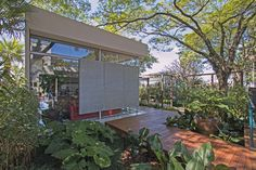 fe0ab741a46 Paisagismo de Thiago Pessuto em perfeita integração com a Casa de Vidro na Casa  Cor São Paulo 2016.