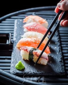 Seafood Photography Dinners Ideas For 2019 Sushi Style, Sushi Menu, Easy Japanese Recipes, Good Food, Yummy Food, Sushi Recipes, Mochi, Japanese Sushi, Vaporwave