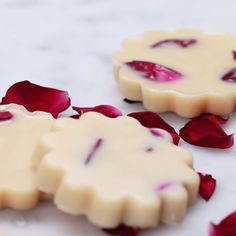 Learn how to make and use the best homemade Calendula Lotion Bars in this easy DIY beauty recipe. These non greasy hard lotion bars are ideal for dry, eczema prone skin and safe for kids Diy Lotion, Lotion Bars, Homemade Beauty, Homemade Gifts, Diy Gifts, Homemade Soap Recipes, Diy Spa Tag, Diy Bar, Home Made Soap