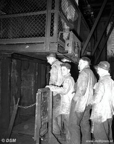 Mijnwerkers van de Staatsmijn Wilhelmina stappen in de lift om ondergronds te gaan, omstreeks 1951