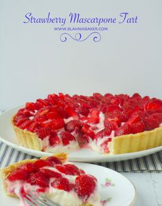 This strawberry mascarpone tart is a beautiful tart with a buttery crust and a creamy lemon mascarpone filling topped with fresh strawberries. Just Desserts, Delicious Desserts, Yummy Food, Delicious Dishes, Pie Dessert, Dessert Recipes, Roasted Onions, Sweet Tarts, How Sweet Eats