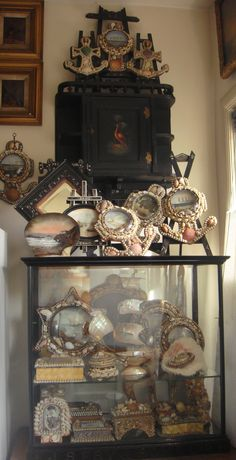 Collection of seashell souvenirs Seashell Art, Seashell Crafts, Beach Crafts, Shell Display, Vintage Mermaid, Found Art, Cork Crafts, Nature Crafts, Displaying Collections
