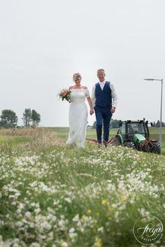 Prachtige buiten bruiloft op mijn blog. Ontspannen trouwfoto's. Trouwfotografie Freya zorgt voor een ontspannen sfeer tijdens jullie trouwreportage. http://www.trouwfotografiefreya.nl/real-weddings/trouwen-molen-oosthuizen/