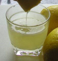"""¿Por qué necesita cada mañana para tomar un vaso de agua tibia con jugo de limón.Usted necesitará sólo unos minutos tratando de hacer de este """"elixi"""
