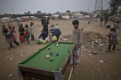 Garotos paquistaneses de região pobre de Rawalpindi se divertem com mesa de sinuca (Foto: Muhammed Muheisen/AP) - http://epoca.globo.com/tempo/filtro/fotos/2015/01/fotos-do-dia-23-de-janeiro-de-2015.html