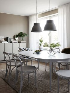 Monday morning inspiration for the dining room area. Grey and beige hues that go nicely together for a calm and warm feeling. Nockeby backe in Stockholm, Bromma. Styled by Anna Mårselius, photo by Kristofer Johnsson. Found at Husligheter.