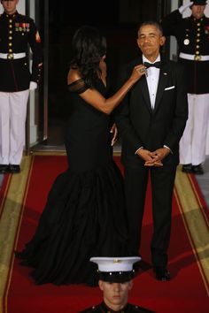 First Lady Michelle Obama and U. President Barack Obama wait on the North Portico for the arrival of Chinese President Xi Jinping and his wife Madame Peng Liyuan ahead of the China state dinner at the White House September 2015 in Washington, DC. Michelle Obama Photos, Michelle And Barack Obama, Black Presidents, American Presidents, Presidents Usa, Barack Obama Family, Obamas Family, Presidente Obama, Malia And Sasha