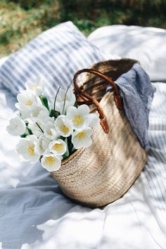 How to pack a picnic Picnic Photography, Floral Photography, Lifestyle Photography, Indoor Picnic, Maui Photographers, Romantic Picnics, Romantic Dinners, Picnic Time, Picnic Parties