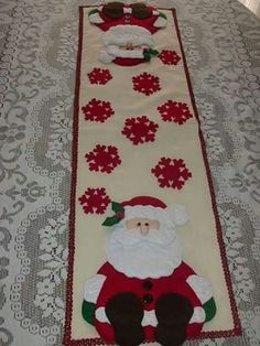 table runner with santa Natal Do Mickey Mouse, Mickey Mouse Christmas Tree, Disney Christmas Decorations, Christmas Tree Quilt, Christmas Quilt Patterns, Easy Christmas Crafts, Christmas Sewing, Christmas Projects, Christmas Time