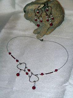 Parure (collier et boucles d'oreille) avec coeurs couleur cuivre, perles rondes rouges et petites perles blanches et cuivrées