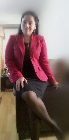 Saco rojo y vestido negro LUAO.