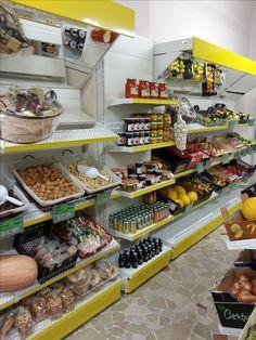 Realizziamo arredi per negozi di frutta e verdura con for Piani frontali con frontalino