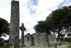 ruïne van een 5de-eeuws klooster met Keltisch kruis in het Ierse Monasterboice