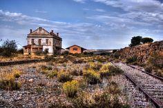Aldeadelpozo/no electrificada de 42,5 Kg por metro lineal, y las traviesas son de madera. La línea se cerró en 1990, pero el último tren circuló en 1996 haciendo el recorrido Madrid - Castejón.