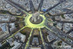 Greenpeace activists create a solar symbol around the world-famous Paris landmark, the Arc de Triomphe.11 Dec, 2015 © Greenpeace