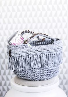 Diy  crocheted bag / basket Diy Crochet Bag, Knit Crochet, Crochet Ideas, Recycled Crafts, Diy Home Decor, Embroidery, Knitting, Bags, Crocheting