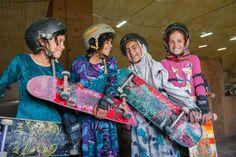 """Em uma viagem no ano passado, perdida entre tantos livros bonitos (e caros) na Tate Modern, um específico me chamou a atenção após eu ter pego e devolvido vários para as estantes: """"Skate Girls of Kabul"""", da britânica Jessica Fulford-Dobson , com uma foto impactante de uma menina de sete anos, com seu hijab azul cobalto, sandalinha e segurando, com intimidade, um skate na mão. Essa imagem ganhou um prêmio na National Portrait Galley, de Londres. Foi a primeira vez que ouvi falar do…"""