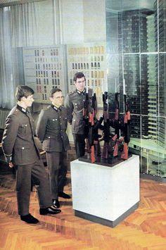 https://flic.kr/p/PfsmSn | NVA Soldaten im Armeemuseum Dresden der DDR