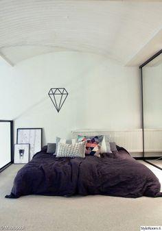 sänky,makuuhuone,parvi,taulut,koriste-esineet,sisustustyynyt,timantti,lakanat,petaus,päiväpeitto