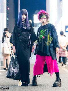 Japanede duo in dark streetwear looks while out and about the Harajuku street at night. Japan Street Fashion, Tokyo Street Style, Tokyo Fashion, Harajuku Fashion, Harajuku Style, Harajuku Girls, Dark Fashion, Minimalist Fashion, Retro Fashion