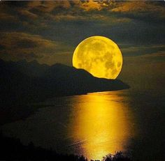 ♥ The Final Super Moon of 2015 ♥ On Tuesday, October there will be a full Super Moon in the sign of Taurus. A Super Full Moon happens when the Moon. Moon Moon, Sun Moon Stars, Blue Moon, Moon Photos, Moon Pictures, Moon Pics, Nature Pictures, Beautiful Moon, Beautiful Places