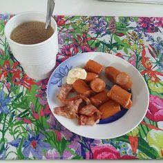 Stekta korvslantar och 2 bacon. Kaffe med kokosolja till of course Vet inte hur jag kom upp ur sängen idag är helt slutkörd. Känner mig som en stor gnällröv. #lchf #lchfmyway #lchftjejer #lchfare #fettgott #frukost by tant_sandys_lchf