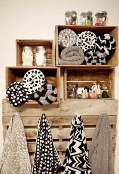 Des rangements de salle de bain en caisse en bois de récup