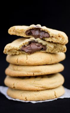 How to Make Easy Nutella Stuffed Peanut Butter Cookies Easy Nutella Recipes Easy Peanut Butter Cookies, Butter Cookies Recipe, Peanut Butter Recipes, Nutella Peanut Butter, Chocolate Butter, Easy Cookie Recipes, Sweet Recipes, Baking Recipes, Dessert Recipes
