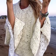 Explore our wide array of women's vest including puffer top, down shirt, quilted shirt. Crochet Shawls And Wraps, Knitted Shawls, Crochet Scarves, Crochet Clothes, Crochet Winter, Love Crochet, Crochet Lace, Puffer Vest Outfit, Crochet Cardigan