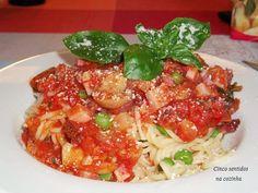 Cinco sentidos na cozinha: Esparguete com molho de tomate, bacon e cogumelos