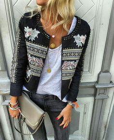 O destaque desse look é a jaqueta. De resto, tudo acessível: os múltiplos colares, camiseta branca, jeans black vintage.