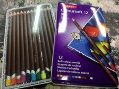 Coloursoft  DERWENT Soft colour pencils  Derwent Coloursoft è una gamma interessante di 72 matite colorate. La striscia morbida e vellutata ti permette di aggiungere rapidamente un sacco di colori audaci e vivaci al tuo disegno e sono ottimi per la colorazione! Sono anche miscelabili in modo da poter creare una varietà di toni e sfumature sottilmente differenti.  #drawing #sketching #colors #pencils #derwent #colouracademy #fineart #bari Derwent Pencils, Bari, Soft Colors, Drawing, Soothing Colors, Drawings