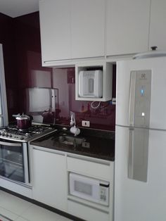 Cozinha em MDF branco e revestimento de azulejos em vidro serigrafado ameixa (Ipiranga)