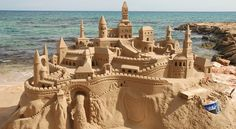 Sand art: 20 de Sculpturi in nisip MAGNIFICE, care te vor lasa masca Art Plage, Mediterranean Art, Beach Canvas, Sand Art, Am Meer, Stock Foto, Oeuvre D'art, Monument Valley, Seaside