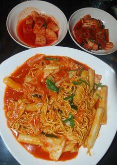 Rapokki (Tteokpokki + Korean Noodles) serve with Kimchi