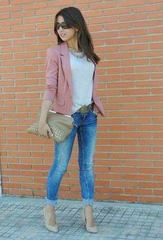 Para salir.  Blazer Rosa palo, jeans deslavados, zapatilla nude y blusa gris