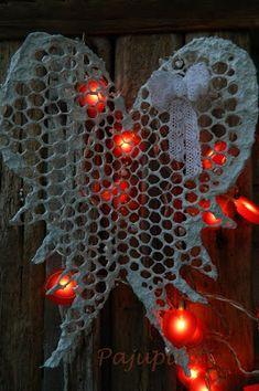 Auringon pilkahdus kutitteli hereille aamulla. Hei, olen olemassa. Vaikka viime viikot ovat kuluneet lähes kaamoksessa on meillä vie... Christmas Crafts, Xmas, Paper Mache, Wings, Gardening, Diy, Home Decor, Angel, Decoration Home