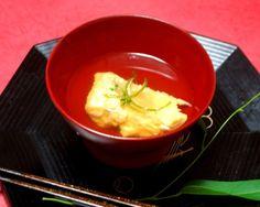 黄身のなかに揚げにんにくをすりつぶした衣を甘鯛につけた、簡単で美味しいお吸い物。