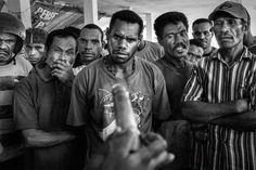 Dimostrazione sull'utilizzo del preservativo in un mercato pubblico a Jayapura, capitale della Papua.
