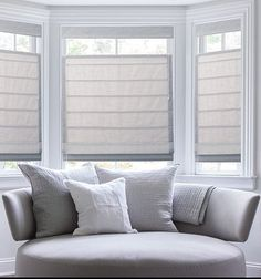 A home may not always be complete without a bay window seat. Whether it is a house or an apartment, you can have at least one. Make sure that these bay window seats are suitable for the whole conce… Bedroom Windows, Living Room Windows, Living Room Decor, Bay Window Curtains Living Room, Living Room Blinds, Bay Window Decor, Curtains For Bay Windows, Bay Window Seating, Bow Window Curtains