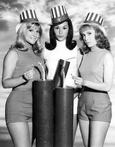 Petticoat Junction ~ Linda Kaye Henning (as Betty Jo), Loris Saunders (as Bobbie Jo) and Meredith McCrae (as Billie Joe) Petticoat Junction, Vintage Tv, Vintage Hollywood, Vintage Fashion, Lori Saunders, Meredith Macrae, Vintage Television, Old Shows, Fashion Tv