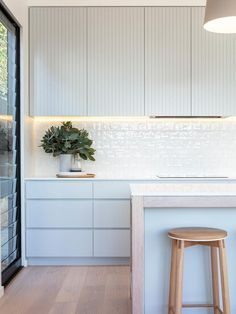 Modern Kitchen Interior Remodeling contemporary Australian kitchen design - Week five of our renovating series, 2 in Twelve, is one of the biggest episodes yet packed with inspo and tips on how to style your own kitchen. Home Interior, Interior Design Kitchen, Modern Interior Design, Australian Interior Design, Küchen Design, Home Design, Layout Design, Design Ideas, Design Styles