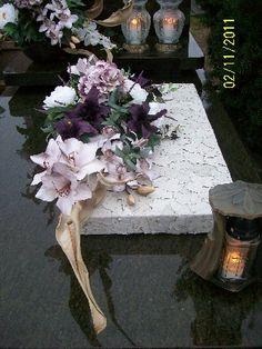 Grave Decorations, Flower Decorations, Christmas Decorations, Funeral Flower Arrangements, Funeral Flowers, Black Flowers, Diy Flowers, All Saints Day, Crepe Paper Flowers