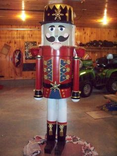 7' Tall Nutcracker DIY made from rubbermaid garbage can. I want to make this for my mom so bad but I can't find the tutorial!!