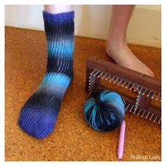 FitzBirch Crafts: Loom Knit Socks (need a sock loom! Knitting Loom Socks, Loom Yarn, Loom Crochet, Spool Knitting, Knifty Knitter, Loom Knitting Projects, Crochet Gratis, Loom Weaving, Knit Socks