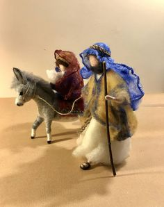 The famous Biblical scene of Egypt's escape of the Holy Family. Christmas Booth, Christmas Nativity Set, Felt Christmas Ornaments, Xmas, Needle Felted Animals, Felt Animals, Needle Felting, Felt Crafts Patterns, Felt Decorations