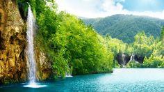 Este conjunto de lagos y cascadas naturales es la atracción turística más popular en Croacia. Con alrededor de 1,200,000 visitantes al año, fueron nombrados patrimonio de la humanidad por la Unesco  El lugar consiste de dieciséis lagos cristalinos interconectados por una serie de cascadas. Gracias a que no es permitido meterse a nadar aquí, las aguas de los lagos son preservadas puras y limpias, ofreciendo a los visitantes un impoluto paisaje para navegar en la contemplación de los jardines