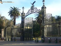 Esta es la entrada del Parque General San Martín. Este parque es muy grande.