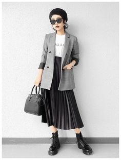 Paris SS 2019 Street Style: Leonie Hanne Leonie Hanne between the fashion show… - Tokyo Muslim Fashion, Asian Fashion, Modest Fashion, Look Fashion, Skirt Fashion, Hijab Fashion, Autumn Fashion, Fashion Outfits, Womens Fashion