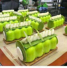 Petit gâteau Pop pommes lors de ma dernière démonstration à Moscou #vscocam #cheflife #gastronogram #vscam #pastrypassion #foodphotography #foodshare #dessertmasters #foodstagram #pastrychef #frenchpastry #frenchchef #pastry #sexycake #schokolade #chocoholic #chocolatier #foodporn #gourmandise #chefsofinstagram #chefsroll #cacaobarryofficial #ponthierofficiel #silikomartprofessional #gameofthrones5cecilemoritel